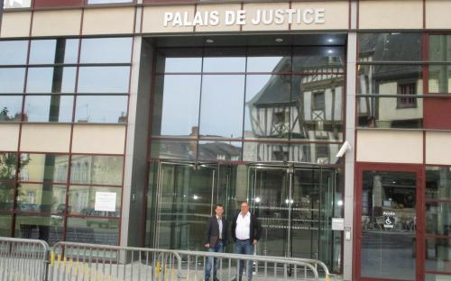 Pascal Sourdin et Jean-Claude Buttier devant le palais de justice